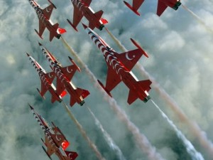 """Türk Yıldızları'nın """"Mevlana"""" gösterisi nefes kesti"""