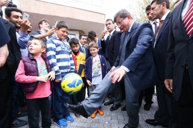 Başbakan Davutoğlu çocuklara harçlık dağıttı 1