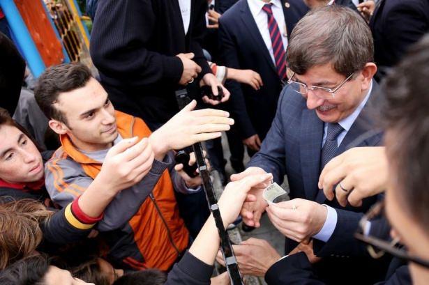 Başbakan Davutoğlu çocuklara harçlık dağıttı 5