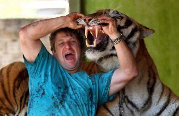 Vahşi hayvanlar ile yaşayan korkusuz insanlar 44