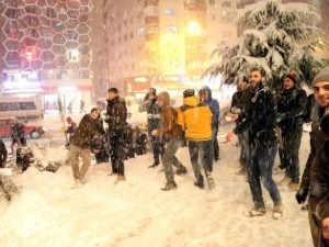 Bin kişi kar topu savaşı yaptı!