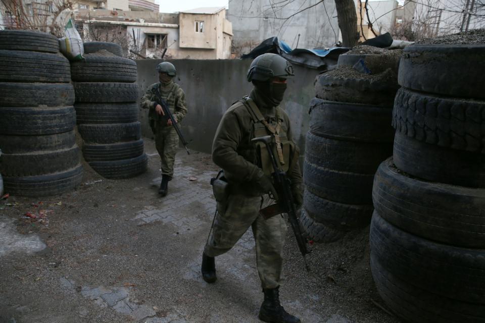 Cizre'de PKK'nın inlerine operasyon 76