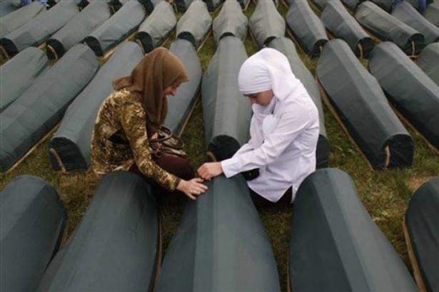 Srebrenitsa katliamının korkunç fotoğrafları 37