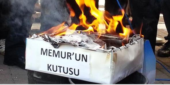 Memur ve emekliler maaş bordrolarını yaktı! 1