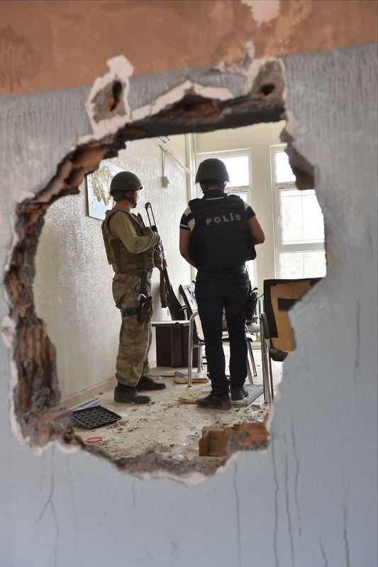 PKK'lı teröristler cami ve okulu yakıp yıktı! 3