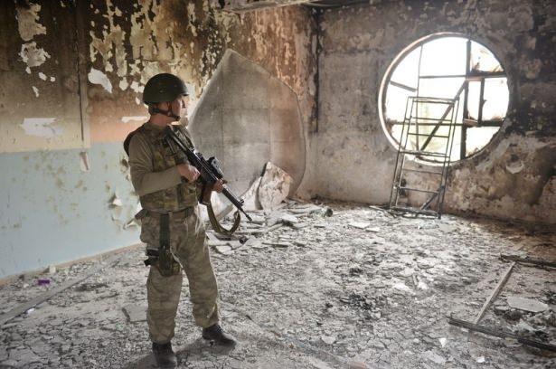 PKK'lı teröristler cami ve okulu yakıp yıktı! 9