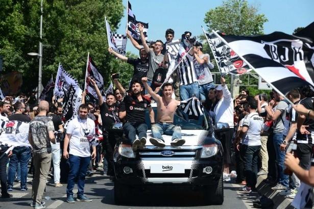 Beşiktaş taraftarı kutlamalara erken başladı 11