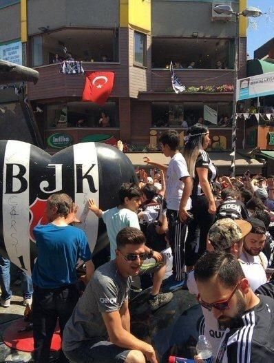Beşiktaş taraftarı kutlamalara erken başladı 31