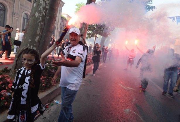 Beşiktaş taraftarı kutlamalara erken başladı 35