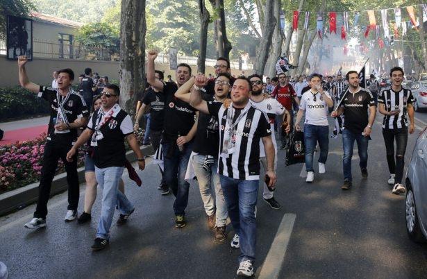 Beşiktaş taraftarı kutlamalara erken başladı 44