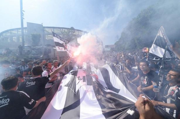 Beşiktaş taraftarı kutlamalara erken başladı 46