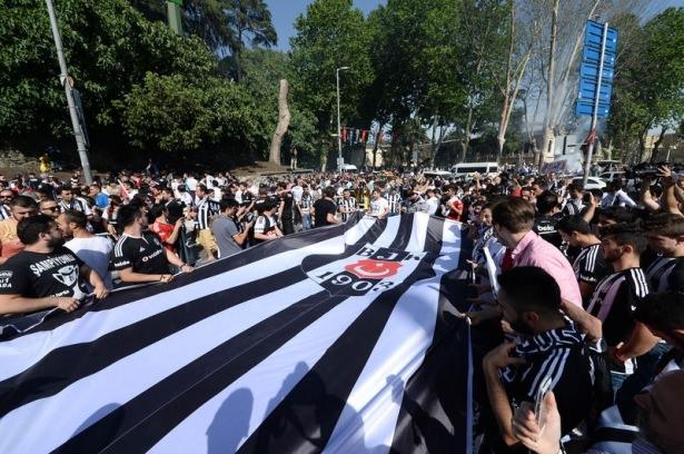 Beşiktaş taraftarı kutlamalara erken başladı 57