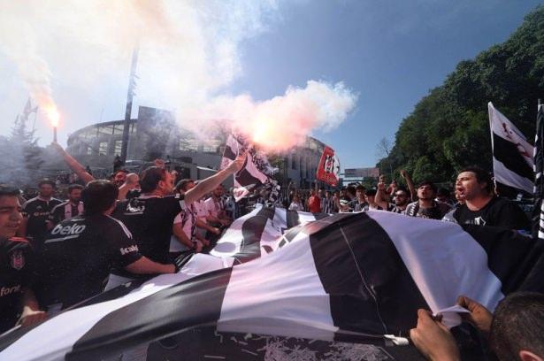 Beşiktaş taraftarı kutlamalara erken başladı 58