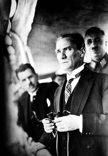 Görmediğiniz kareleriyle 'Atatürk' 52