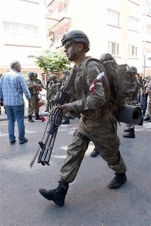 Askerler neden kollarına kırmızı-beyaz flama taktı? 1