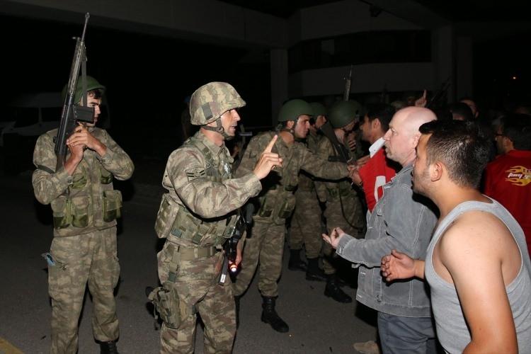 Askerler neden kollarına kırmızı-beyaz flama taktı? 10