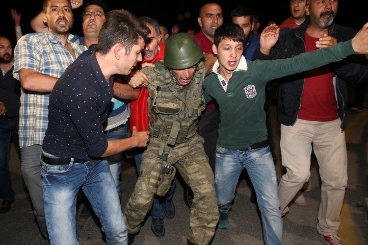 Askerler neden kollarına kırmızı-beyaz flama taktı? 18