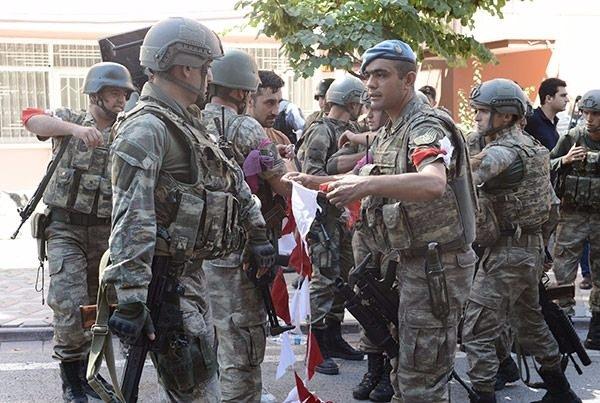 Askerler neden kollarına kırmızı-beyaz flama taktı? 2