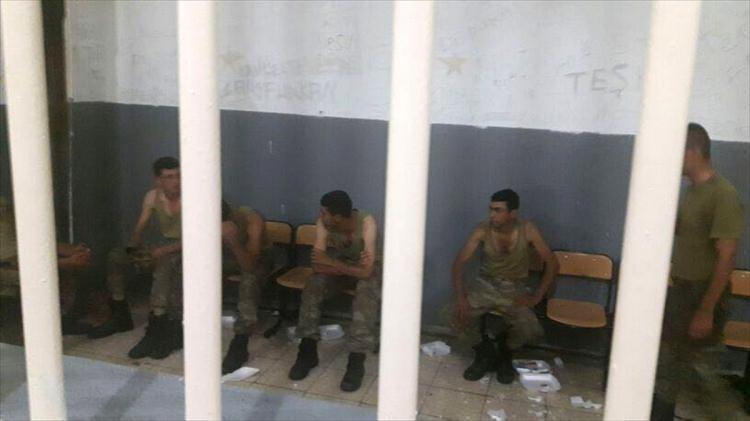 Askerler neden kollarına kırmızı-beyaz flama taktı? 24
