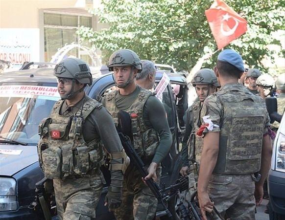 Askerler neden kollarına kırmızı-beyaz flama taktı? 3