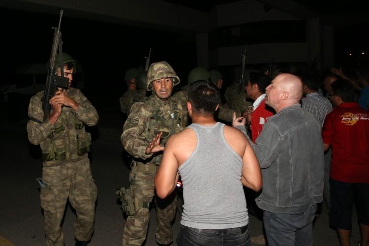 Askerler neden kollarına kırmızı-beyaz flama taktı? 31