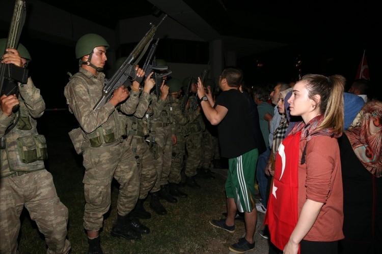 Askerler neden kollarına kırmızı-beyaz flama taktı? 38