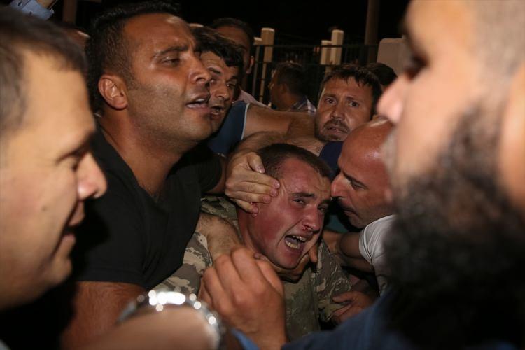 Askerler neden kollarına kırmızı-beyaz flama taktı? 78