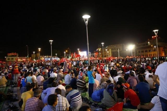 Meydanlar doldu, nöbet sabaha kadar sürdü 104