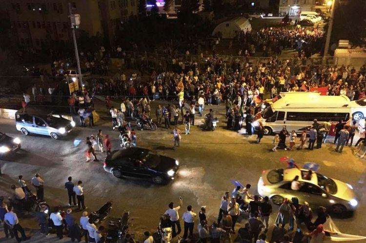 Meydanlar doldu, nöbet sabaha kadar sürdü 126