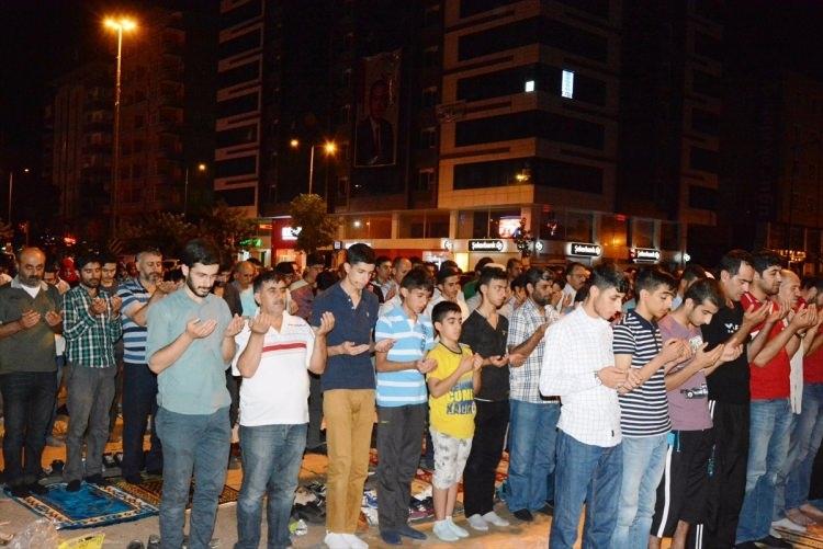Meydanlar doldu, nöbet sabaha kadar sürdü 35