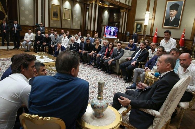 Erdoğan demokrasi nöbeti tutan ünlüleri kabul etti 10