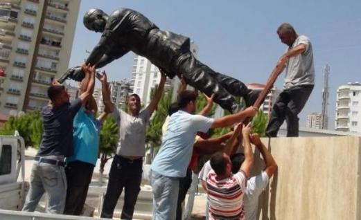 Şehit Astsubay Ömer Halisdemir'in heykelini diktiler 1