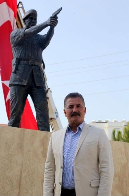 Şehit Astsubay Ömer Halisdemir'in heykelini diktiler 10