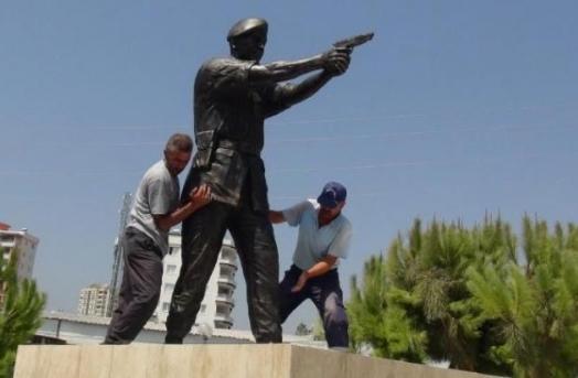 Şehit Astsubay Ömer Halisdemir'in heykelini diktiler 2