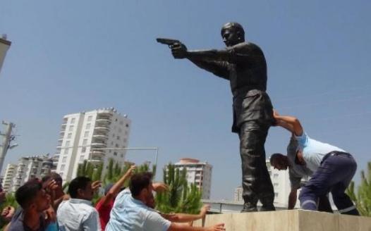 Şehit Astsubay Ömer Halisdemir'in heykelini diktiler 4