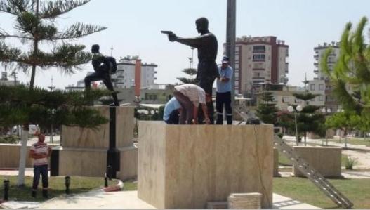 Şehit Astsubay Ömer Halisdemir'in heykelini diktiler 5