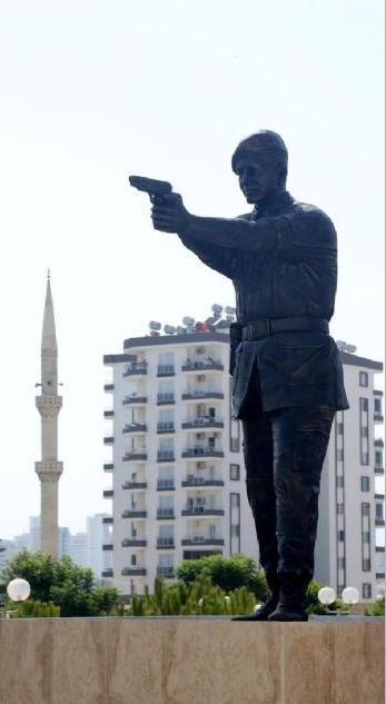 Şehit Astsubay Ömer Halisdemir'in heykelini diktiler 7