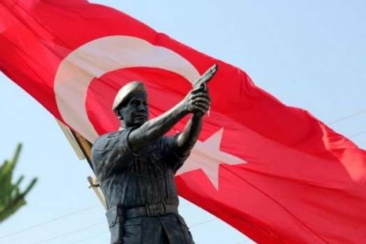 Şehit Astsubay Ömer Halisdemir'in heykelini diktiler 8