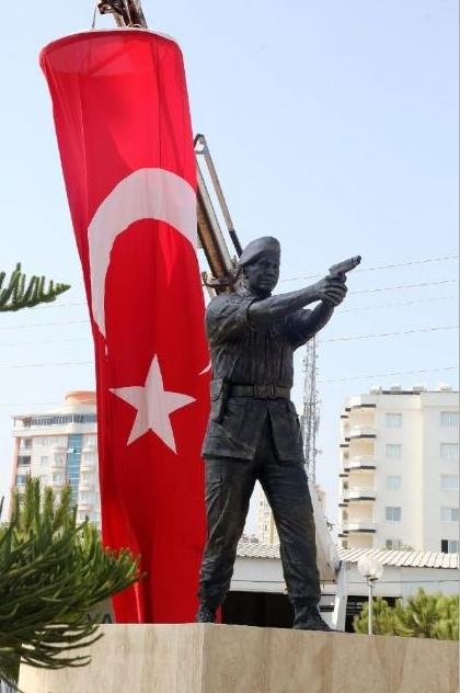 Şehit Astsubay Ömer Halisdemir'in heykelini diktiler 9