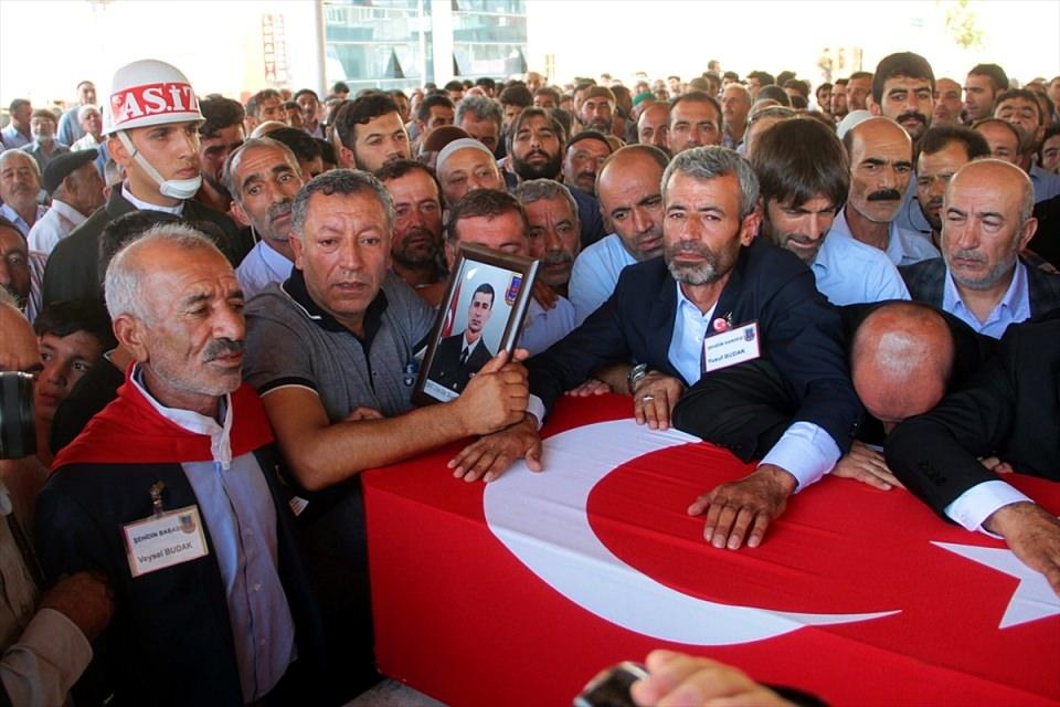 Türkiye şehitlerini uğurluyor 53