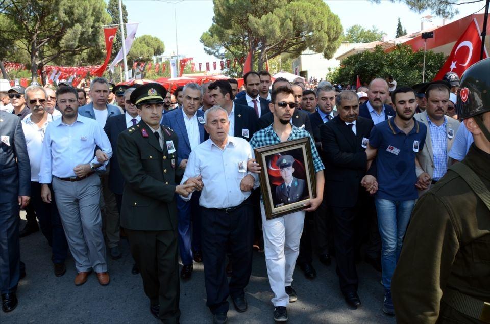 Türkiye şehitlerini uğurluyor 78