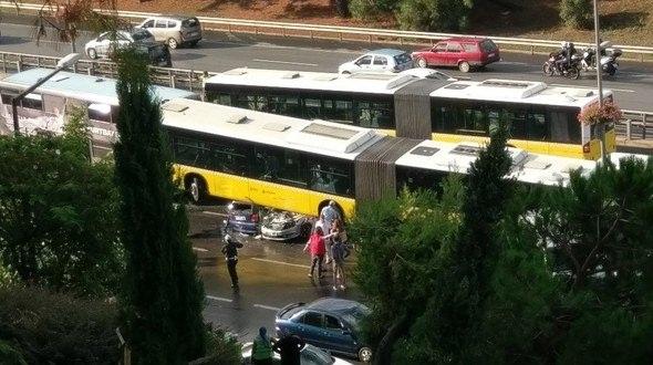 Metrobüs D-100'e girip kaza yaptı 3