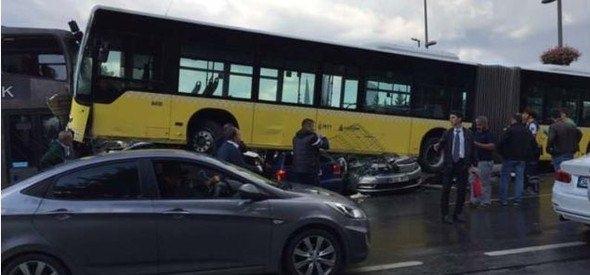 Metrobüs D-100'e girip kaza yaptı 4