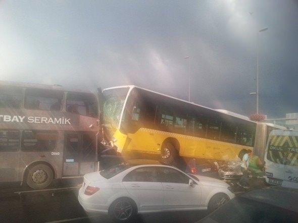 Metrobüs D-100'e girip kaza yaptı 6
