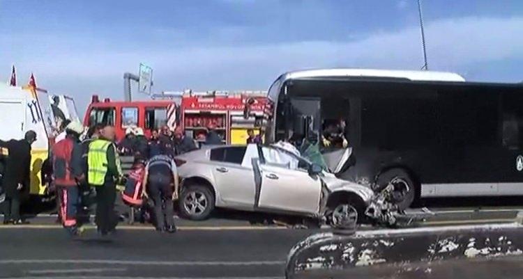 Metrobüs yolunda kaza, seferler durdu 10