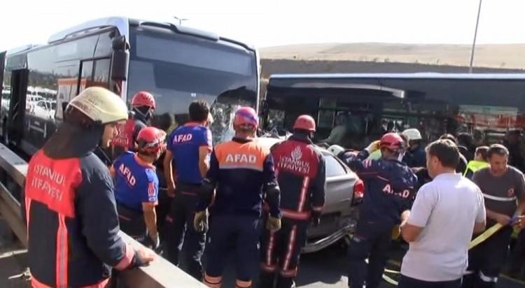 Metrobüs yolunda kaza, seferler durdu 12