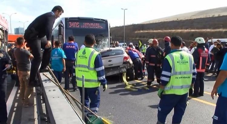 Metrobüs yolunda kaza, seferler durdu 13