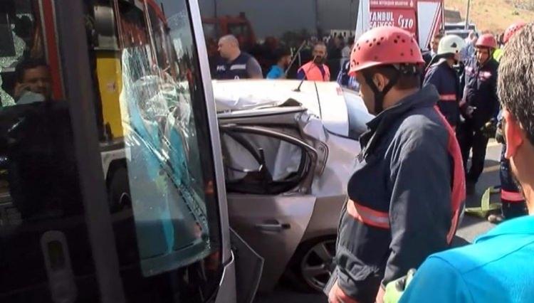Metrobüs yolunda kaza, seferler durdu 14