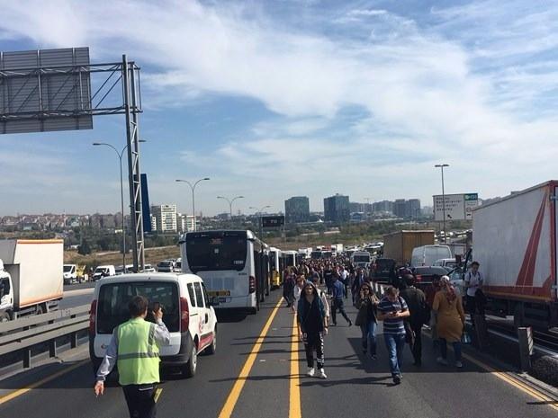 Metrobüs yolunda kaza, seferler durdu 3
