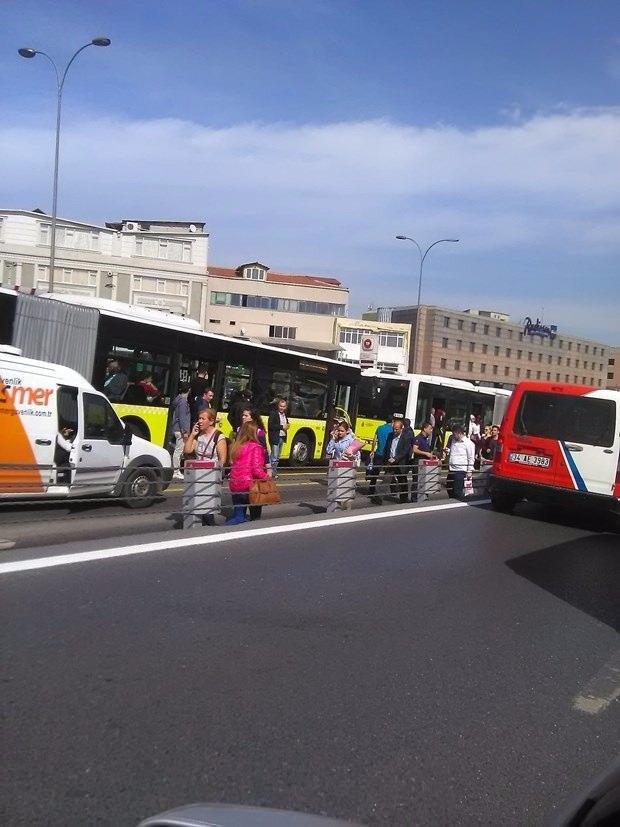 Metrobüs yolunda kaza, seferler durdu 4